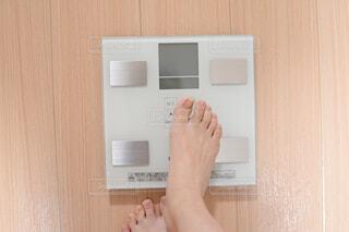 体重を計る女性の写真・画像素材[1719427]
