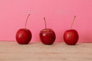 テーブルの上に座って赤いリンゴの写真・画像素材[1620360]