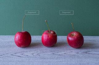 テーブルの上に座って赤いリンゴの写真・画像素材[1620361]