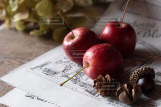 テーブルの上に座って赤いリンゴの写真・画像素材[1620365]