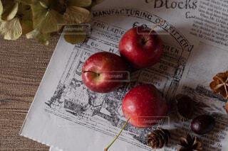 テーブルの上に座ってリンゴの写真・画像素材[1620366]