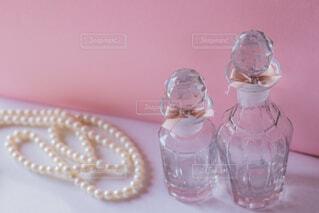 テーブルにガラスの瓶のグループの写真・画像素材[1622239]