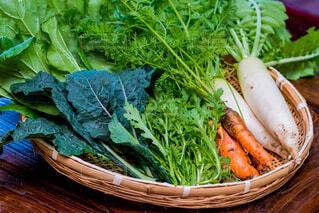 テーブルでの新鮮野菜のボウルの写真・画像素材[1659798]