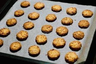 近くにクッキーの皿のアップの写真・画像素材[1664885]
