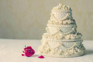 近くにウェディング ケーキのアップの写真・画像素材[1668658]