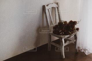 家具やテーブルの上の花瓶で満たされた部屋の写真・画像素材[1681105]