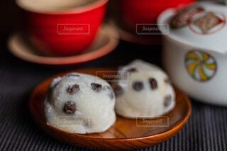 近くにコーヒー カップのアップの写真・画像素材[1682447]