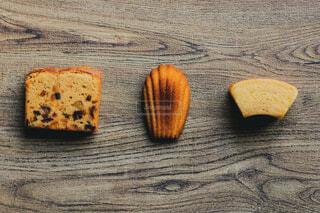 まな板の上にパンの切れ端の写真・画像素材[1682448]
