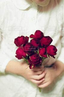 花を持っている人の写真・画像素材[1688530]