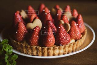 皿の上のケーキの一部の写真・画像素材[1733804]