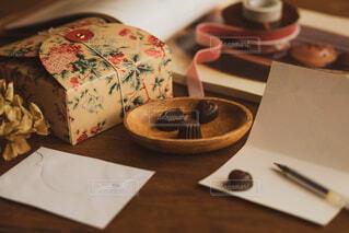 木製テーブルの上に座っているケーキの写真・画像素材[1736763]