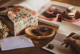 テーブルの上に座っているケーキの写真・画像素材[1736764]