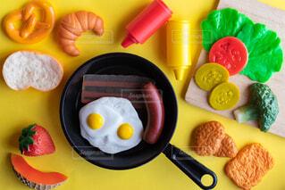 テーブルの上に食べ物のプレートの写真・画像素材[1773979]