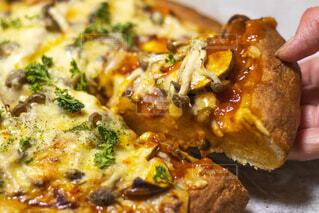 チーズとブロッコリーのピザのクローズアップの写真・画像素材[2116087]