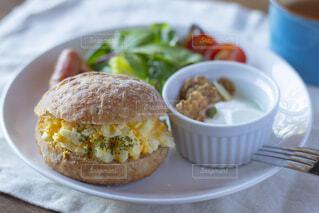 皿の上の食べ物のクローズアップの写真・画像素材[2119229]