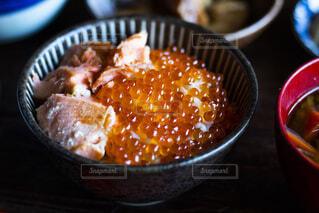 テーブルの上のオレンジのボウルの写真・画像素材[2119232]