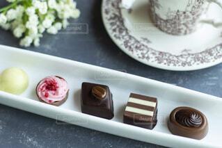 皿に入ったチョコレートケーキのトレーの写真・画像素材[2128514]