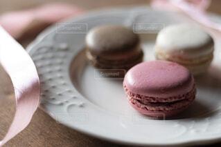 チョコレートケーキをトッピングした白い皿の接写の写真・画像素材[2128527]
