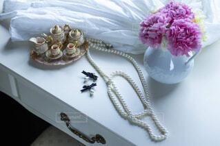 テーブルの上の花の花瓶の写真・画像素材[2204167]
