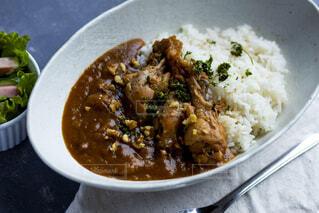 皿に米とブロッコリーで一杯の食べ物の写真・画像素材[2204168]