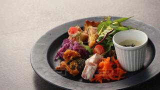 テーブルの上に食べ物のプレートの写真・画像素材[1615744]