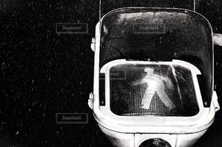 鏡の前の白い車の写真・画像素材[2275986]