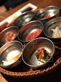 テーブルの上に食べ物のボウルの写真・画像素材[1698747]