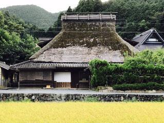 かやぶき屋根の家の写真・画像素材[2106020]