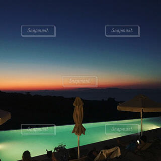 ビーチに沈む夕日の写真・画像素材[1617509]