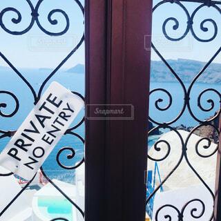 窓の前でサインの写真・画像素材[1617510]