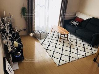 リビング ルームの家具とウィンドウでいっぱいの写真・画像素材[1617604]