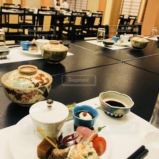 テーブルな皿の上に食べ物のプレートをトッピングの写真・画像素材[1617707]
