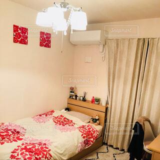 部屋のベッド付きのベッドルームの写真・画像素材[1617708]