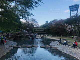 川の横に立っている人々 のグループの写真・画像素材[1617712]