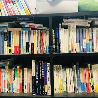 本棚は本でいっぱいの写真・画像素材[1618023]