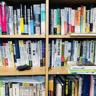 本棚は本でいっぱいの写真・画像素材[1618024]
