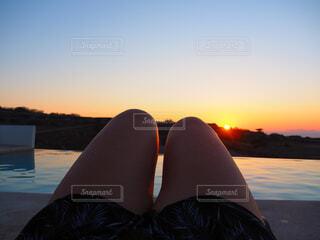 水の体の横に立っている女性の写真・画像素材[1618134]