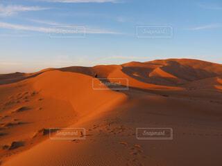 背景にオレンジ色の夕日の写真・画像素材[1618230]