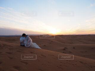 砂浜の上に立っている人の写真・画像素材[1618231]