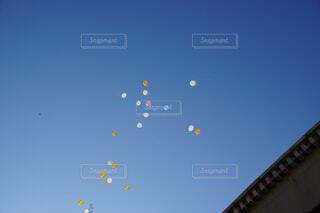 空に凧の飛行の人々 のグループの写真・画像素材[1618444]