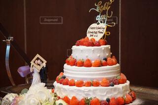 テーブルの上に座っている大きな白いケーキの写真・画像素材[1618445]