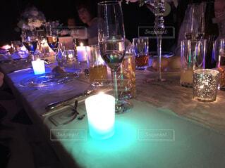 ワイングラスとテーブルに座っている人のグループの写真・画像素材[1618451]