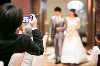 携帯電話で捜している人々 のグループの写真・画像素材[1618564]