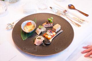 テーブルの上に食べ物のプレートの写真・画像素材[1618565]