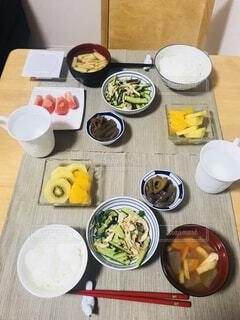 食品のプレートをのせたテーブルの写真・画像素材[1618636]