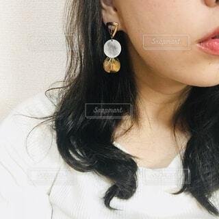 白いシャツと黒い髪の女性の写真・画像素材[1618698]