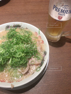テーブルの上の皿の上に食べ物のボウルの写真・画像素材[1618703]