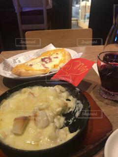テーブルの上に食べ物のプレートの写真・画像素材[1618721]