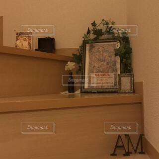 テーブルの上のチラシのスタックの写真・画像素材[1619076]