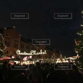 夜の大観衆の前で立っている人のグループの写真・画像素材[1619079]